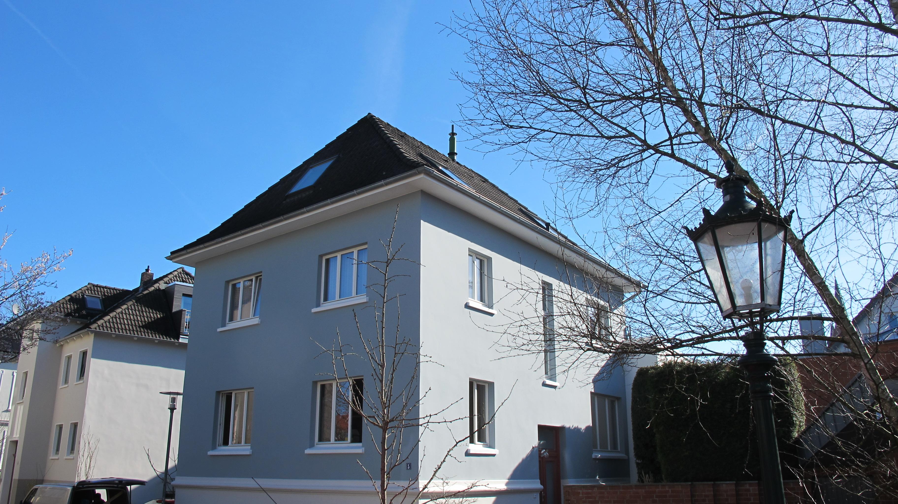 Stadthaus mit weißen schlichten Holzfenstern von Fecon Nordwest