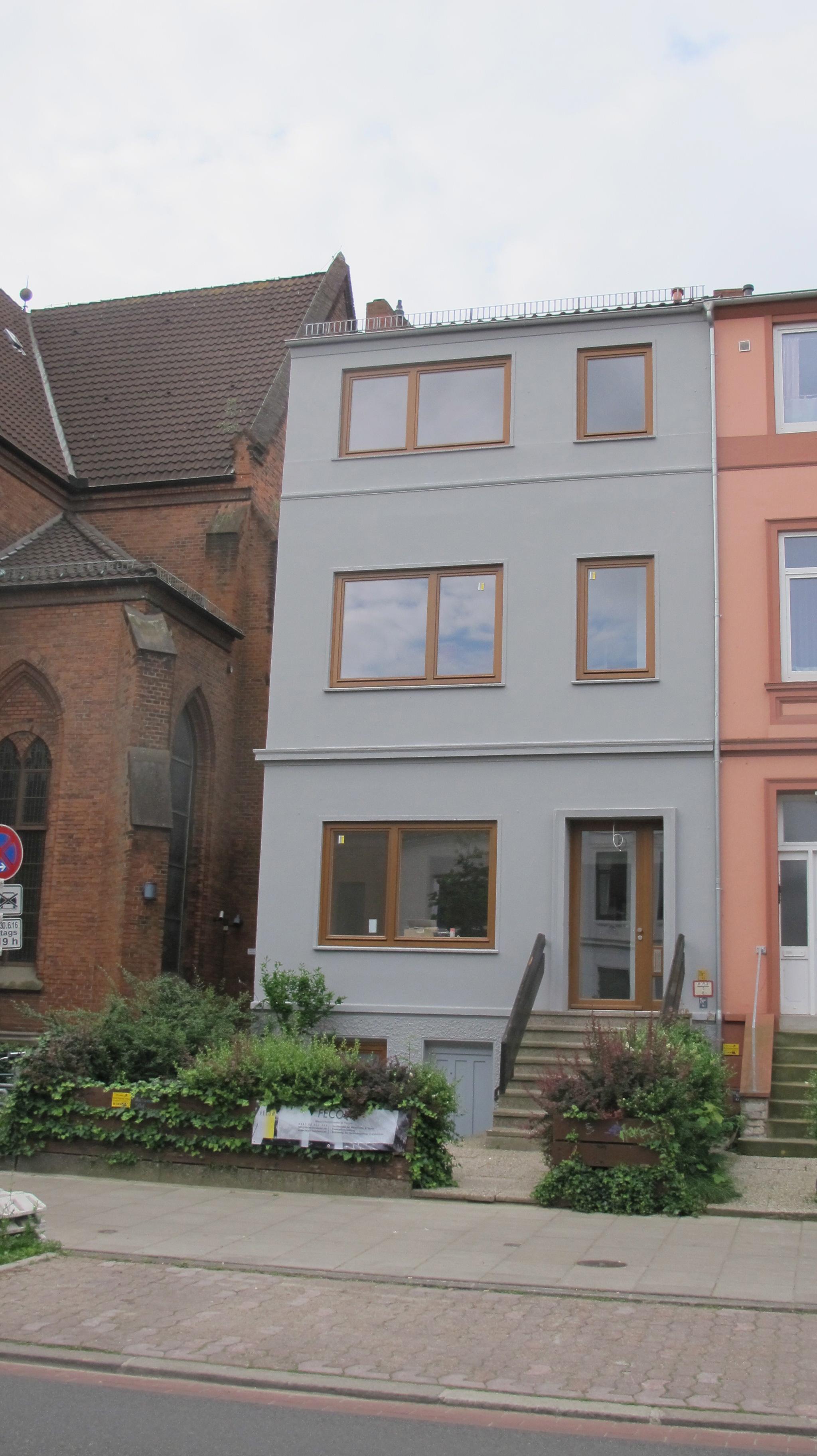 Dreistöckiges Stadthaus mit schlichten Holzfenstern von Fecon Nordwest