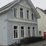 Stadthaus mit modernen weißen dänischen Holzfenstern von Fecon Nordwest.